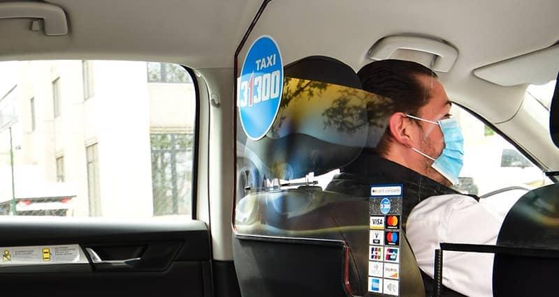 Durchsichtige Schutzwand in Taxi